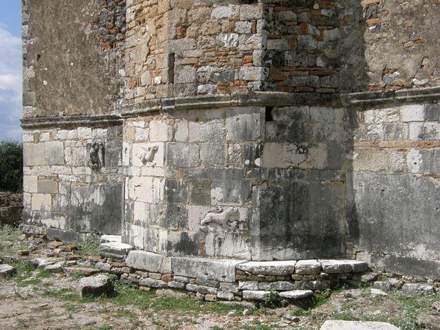 Vidljivi reljefi na zidovima